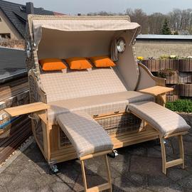 3-Sitzer-Strandkorb-mit-Bullaugen-und-Schwenktisch_Gruenzimmer_Gartenmoebel-und-Strandkoerbe