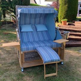 2-Sitzer-Strandkorb-mit-Schwenktisch_Gruenzimmer_Strandkoerbe-und-Gartenmöbel